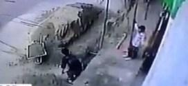 فيديو: شاهد لحظة (سقوط عربه) على عامل بناء من علو مرتفع .. مؤلم جداً !!