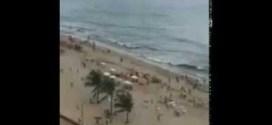 فيديو: دوامه ورياح قويه تفاجئ سياح على الشاطئ !!