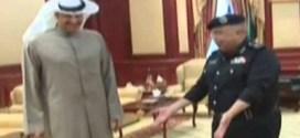 شاهد : لحظة تسليم وكيل وزارة الداخلية الفريق سليمان الفهد اسلحته تلبية لقانون جمع السلاح