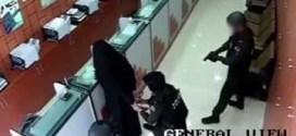 شاهد : امرأه تسطو على محل صرافه في ابوظبي !!