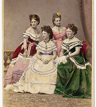 The Carandini ladies, one of Australia´s first opera performing families, ca. 1875 / photographer Charles Hewitt (attributed)