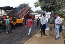 Alcalde Jorge Domínguez verifica el avance de la obra  Municipio ejecuta el asfaltado de calles en sector El Desquite