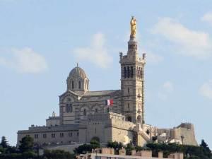 La Basilique Notre-Dame de la Garde, avec la statue de la Vierge portant Jésus dans ses bras
