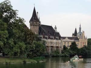 Le château Vajdahunyad dans le plus grand parc urbain de Budapest
