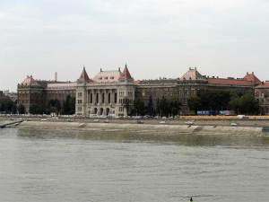 L'Université Polytechnique et Économique vue depuis la Place Gellért