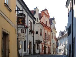 La Rue Horní qui mène à la Place Centrale, bordée d'hôtels et de boutiques