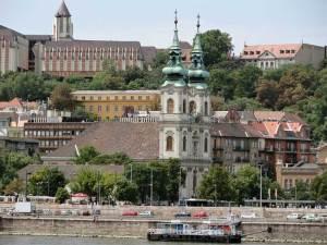 L'église Sainte-Anne de Felsővíziváros sur les rives du Danube à Buda