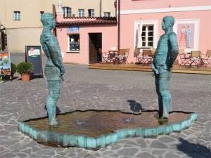 La célèbre fontaine située devant le Musée Kafka à l'entrée de la Malá Strana