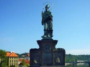 La statue de Saint-Jean Népomucène sur le Pont Charles