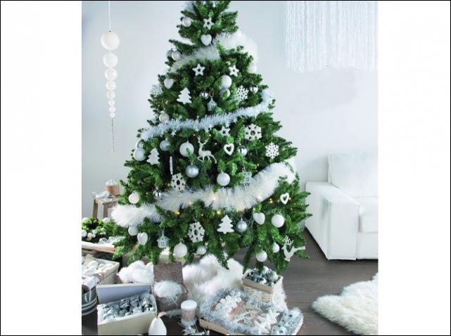 """On peut cueillir mon premier pour Noël. Mon deuxième est la deuxième syllabe de père Noël. Mon troisième signifie """"pays"""" en anglais. Mon tout décore l'arbre de Noël."""
