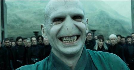 """Il est l'antagoniste principal de la saga Harry Potter et aime jouer à """"J'ai volé ton nez"""". Quel est son nom ?"""