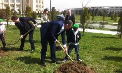 Voluntar pentru Natură în curtea Parlamentului (2)