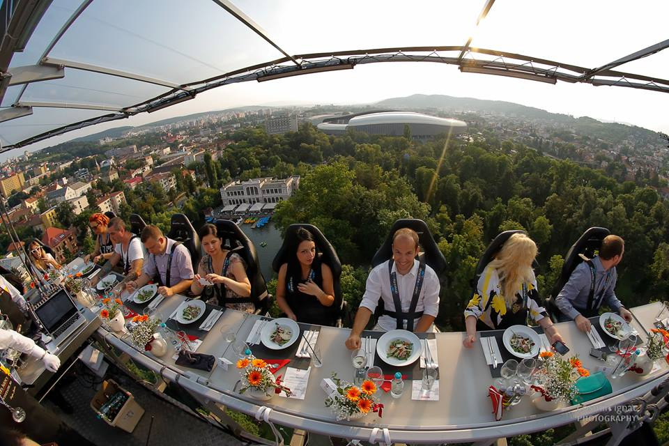 """Dinner In The Sky"", revine in premiera la Bucuresti! Cat costa o cina la 50 de metri inaltime?"