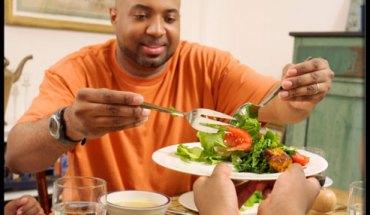type2diabetes-s12-man-serving-salad