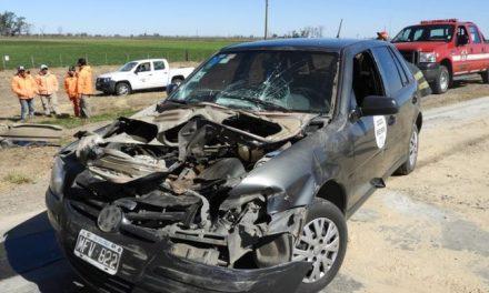 Un auto se incrustó debajo de un camión a pocos kilómetros de Carlos Pellegrini