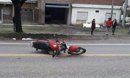 En un accidente, recibe lesiones graves un motociclista