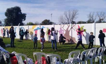Alumnos de las Escuelas Campo Ceschini y CER Campo Chiodi pintan el mural en avenida 21
