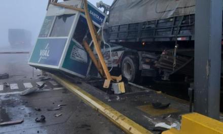 Milagro en autopista: camión chocó el peaje y hay menores heridos