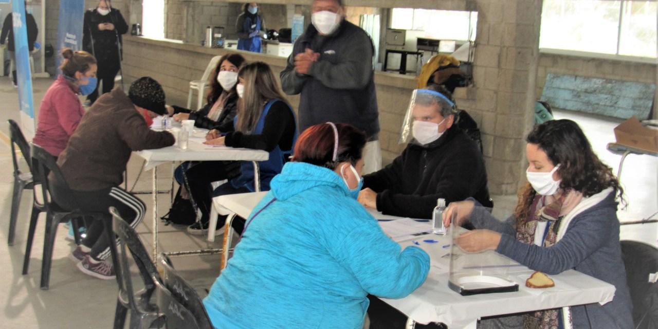 335 familias de Las Parejas recibieron la tarjeta «Alimentar»