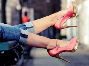 El uso de las zapatillas con punta estrecha y tacones altos por tiempo prolongado (años) desplaza los huesos de los dedos de los pies formando juanetes