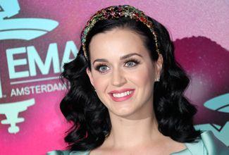 Katy Perry tropieza en concierto y cae sobre fan