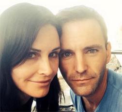 La actriz se comprometió con el rockero Johnny McDaid de Snow Patrol