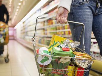 No vayas de compras con ansiedad por comer, o con mucha hambre. Si es así, llevarás alimentos que complazcan los antojos.