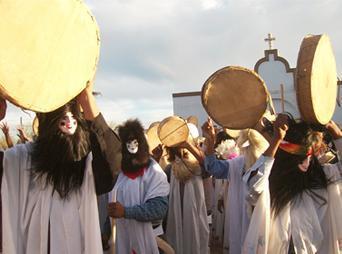 Seguramente al verlos siempre te has de preguntar ¿qué son los fariseos? Estos personajes representan la mayor fiesta para los pueblos mayos y yaquis.