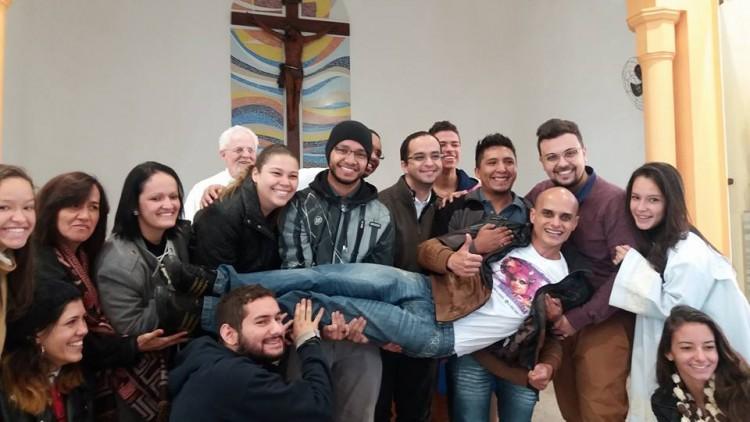 ( Don Paulo Sergio Bezerra insieme ai parrocchiani che sorreggono la drag-queen Dindry Buck )