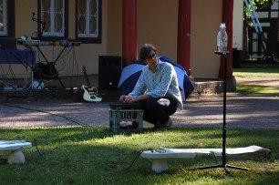 Huey Walker live beim Aquanostra Wasserfestival. Premiere der Installation für drei Gitarren und Wassertropfen. (Photo: Lisa Kaufmann, Porzellanstudio Glashagen / Kunstverein Roter Pavillon)
