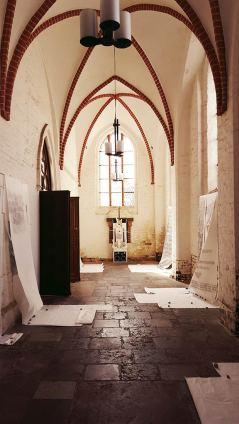 """Ausstellungsansicht """"heute mir, morgen dir; hodie mini, cras tibi"""", Marienkirche Greifswald (Photo: Martin Hiller)"""