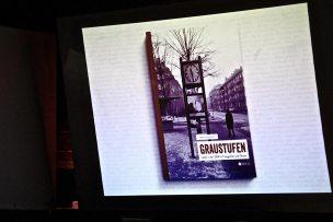"""Begleitend zu seiner Lesung, zeigte Jürgen Hohmuth auf großer Leinwand Photographien aus seinem neuen Buch """"Graustufen"""""""