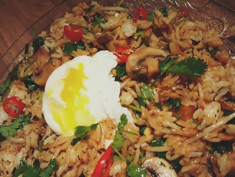 Koreaanse rijst met gepocheerde eieren