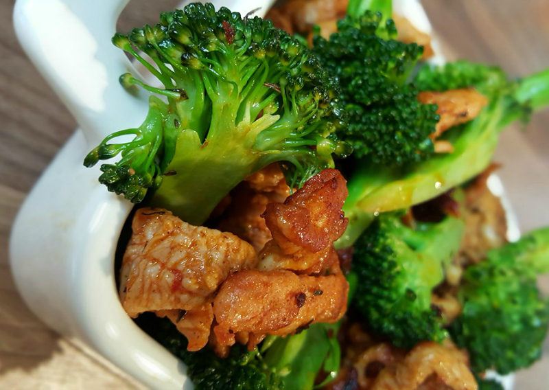 Geroerbakte kip met broccoliroosjes