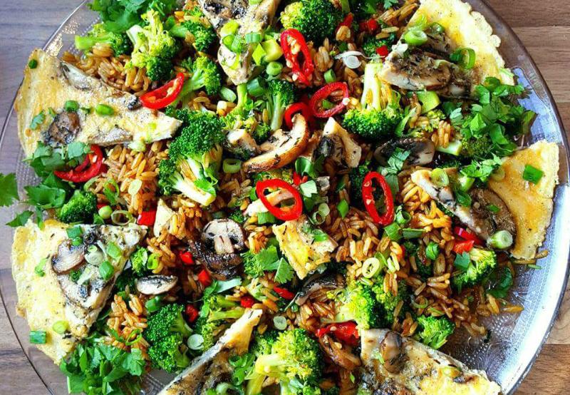 Chinees gebakken rijst met ei en broccoli