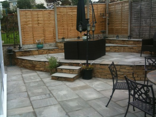 http://i2.wp.com/www.rbrady.co.uk/wp-content/uploads/2018/02/grenge-over-sands-york-stone-walls-natural-stone-paving-with-hayes-garden-furniture.jpg?w=525