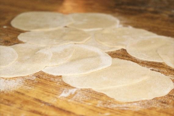 morceaux de pâte aplaties pour réaliser les momos tibétains - cuisine du Tibet © Recettes d'ici et d'ailleurs