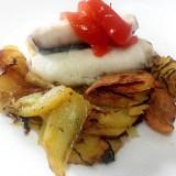 Receta de Lomos de merluza al vino blanco con patatas al horno especiadas