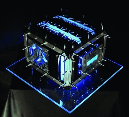 Modding de temática cyberpunk conseguido con coolers luminosos, tubos de neon y un buen dominio para laborar el metal.