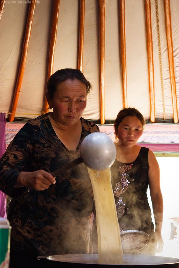 Mongolei - Reisen - Reisetipps - Nomaden - Nomadenleben - Gesalzener Milchtee