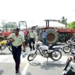 Productores, vecinos y trabajadores atravesaron tractores en la carretera Panamericana y rechazaron la toma de 47 fundos en la región por parte del Gobierno.