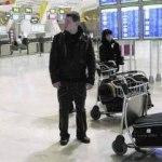 Un joven, en la terminal T4 del aeropuerto de Barajas, en Madrid, imán para los isleños.