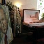 El cuerpo de Pérez, de 88 años, estaba vestido con un traje negro, camisa blanca, corbata blanca, banda presidencial, la condecoración Simón Bolívar y un rosario rojo en sus manos.