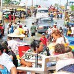 El éxodo inició pasadas las 8:00 de la mañana de ayer. Miles de personas caminaban en medio de un río furioso que corría por las calles de La Guajira.