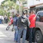Según algunos testigos, una persona entró al lugar para auxiliar a una adolescente que sobrevivió al crimen.