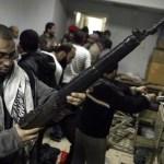 Rebeldes en las oficinas de la seguridad del estado en Nasr City. (El Cairo)