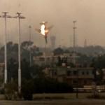Una aeronave bombardera libia se estrella tras su derribo en Bengasi, el 19 de marzo de 2011