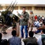 Voluntarios libios recién alistados en la resistencia rebelde en la Universidad de Benghazi (Efe)