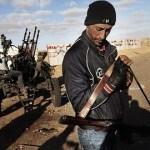 """Opositores continúan luchando a """"brazo partido"""" contra las fuerzas del dictador Gadafi en Ras Lanuf."""