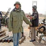 Miembros armados de las fuerzas rebeldes preparan municiones cerca de Ras Lanuf. La aviación leal al coronel Muamar el Gadafi continúan bombardeando en las inmediaciones de Ras Lanuf, en el este de Libia.